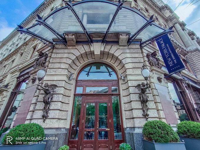 Quán cafe New York:Ở giữa trung tâm Budapest, quán cà phê nằm bên trong khuôn viên của khách sạn New York Place và được coi là một trong những quán cafe sang trọng bậc nhất nơi đây. Với lịch sử hơn 100 năm, quán tồn tại qua nhiều biến chuyển lịch sử quan trọng của đất nước Hungary. Quán được thiết kế như một tòa lâu đài sang trọng với nội thất mạ vàng và những chi tiết tỉ mỉ, mang đậm chất hoàng gia, không chỉ là một quán cafe đơn thuần, đây còn là địa điểm du lịch hot của châu Âu. Nếu muốn được thưởng thức một ly cafe và nghe những bản nhạctại đây, du kháchphải đặt chỗ trước, chịu khó xếp hàng dài hoặc phải lưu trú tại khách sạn New York Place.