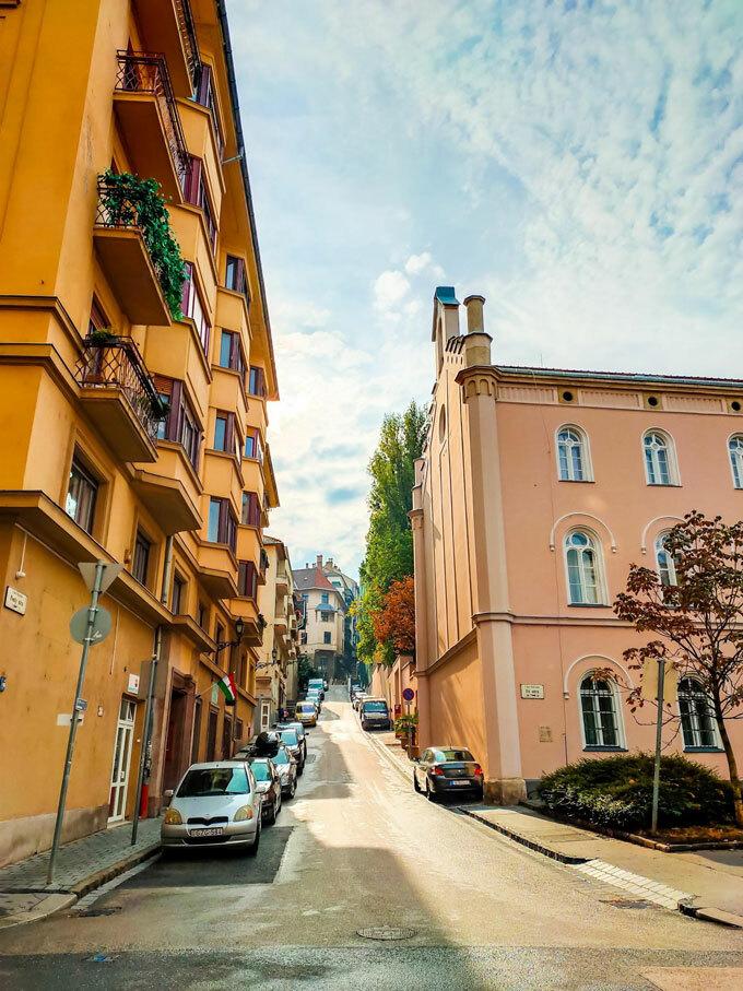 Nhờnhững công trình kiến trúc nổi tiếng đến những thắng cảnh độc nhất vô nhị hay đơn giản chỉ là một góc phố yên bình, Budapest cũng đủ khiến du khách say mê và ưu ái gọi tên thành phố đẹp nhất châu Âu hay hòn ngọc của sông Danube.