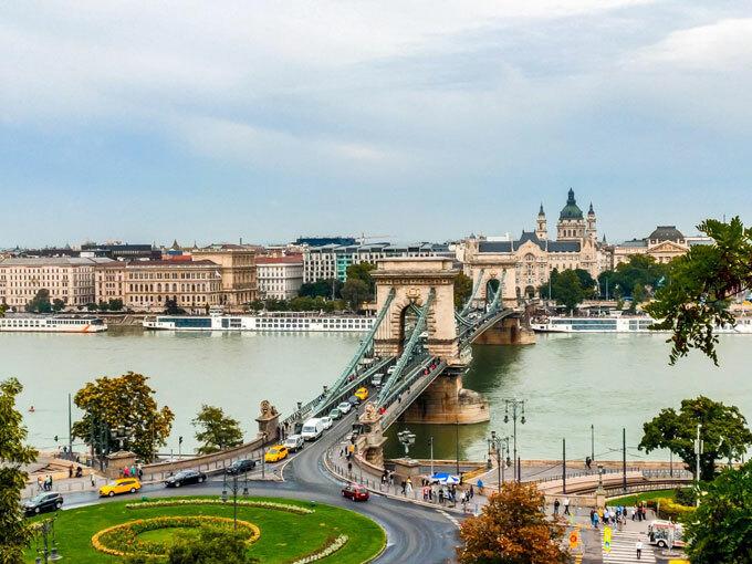 Một trong những điểm nhấn tại Budapestlà cây cầu xích cổmang tên  Széchenyi. Đâylàcây cầu treo dọc sông Danube kết nối giữa Buda và Pest, phía Tây và phía Đông của thủ đô Budapest. Cây cầu được thiết kế bởi kỹ sư người Anh - William Tierney Clark và được xây dựng bởi kỹ sư người Scotland Adam Clark. Đây cũng là chiếc cầu cố định đầu tiên qua sông Danube ở Hungary. Cầu Xích Széchenyi được coi là công trình kiến trúc đặc biệt với hai đầu cầu thiết kế như cổng khải hoàn nằm cách nhau 202m kết nối với nhau bằng một chuỗi dây xích khổng lồ. Các tòa tháp khi nhìn thấy ở trên cầu được trang trí với quốc hiệu của Hungary. Cầu Xích Széchenyi được người dân Hungary và những người ghé thăm du lịch ở đây gọi là