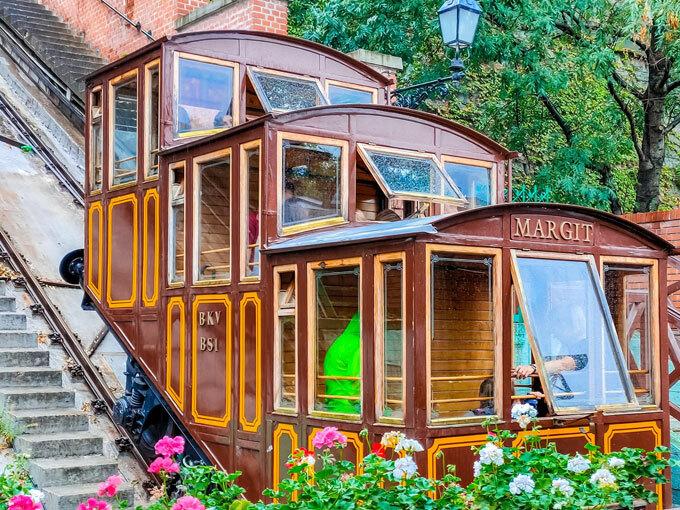 Xe kéo lên cung điện Buda trên núi với thiết kế cổ điển độc đáo.