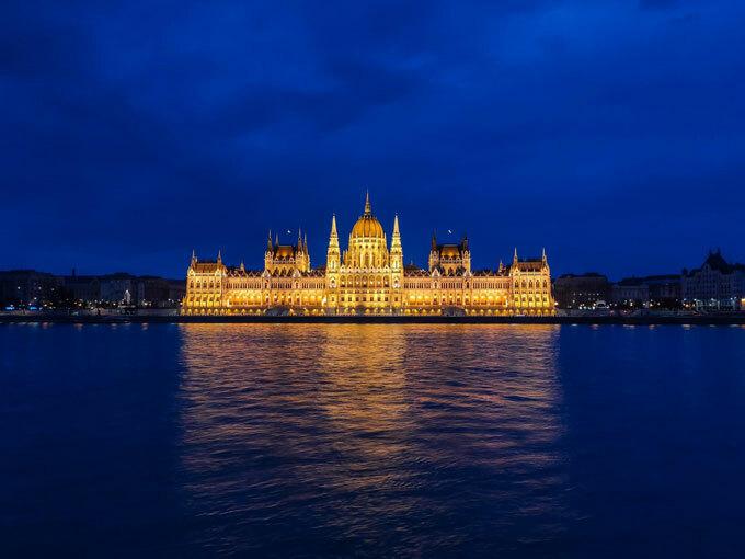 Tòa nhà Quốc hội Hungary: Tòa nhà Quốc hội Hungary được ví như viên ngọc của thủ đô Budapest. Soi bóng bên dòng sông Danube nổi tiếng, tòa nhà Quốc hội Hungary đã phải mất đến 24 năm mới hoàn thành để kỷ niệm 1.000 năm thành lập nước Hungary. Với những mái vòm và tháp được thiết kế theo phong cách kiến trúc Gothic cùng 88 bức tượng trang trí, Tòa nhà Quốc hội Hungary là nơi có quy mô và cảnh đẹp nhất Hungary. Để có những bức ảnh đẹp, nguy nga và thể hiện sự tráng lệ nhất của tòa nhà này, bạn nên ghé thăm vào khoảng thời gian từ chiều muộn đến tối. Khi cả tòa Quốc hội được phủ một màu vàng của những ánh đèn lung linh và huyền ảo.