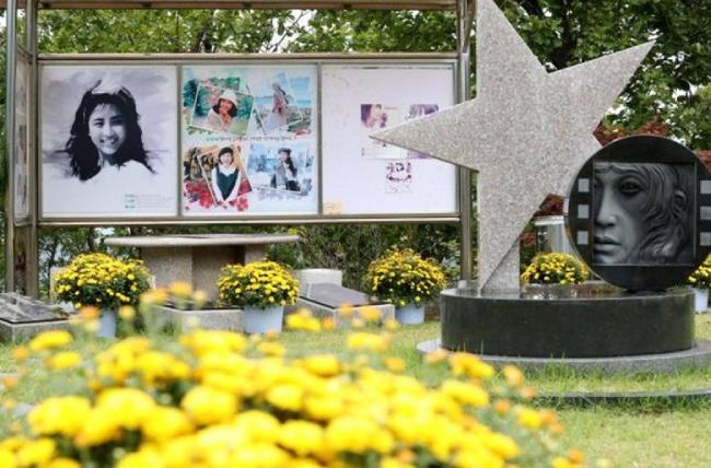 Mẹ đẻ viếng mộ Choi Jin Sill - 5