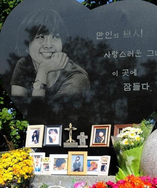 Phần mộ Choi Jin Sil, nơi lưu giữ lại những nụ cười tươi của cô.Diễn viên Choi Jin Sil sinh năm 1968, là ngôi sao màn ảnh Hàn Quốc qua nhiều phim như Ước mơ vươn tới một ngôi sao, Yêu lần cuối, Bức thư... Cô treo cổ tự tử tại nhà riêng năm 2008, để lại hai con cho mẹ già nuôi dạy. Cái chết của cô từng gây xôn xao làng giải trí Hàn Quốc.