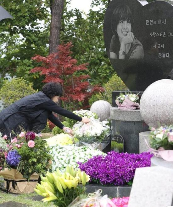 Sáng nay 2/10, gia đình, người thân diễn viên quá cố Choi Jin Sil đến mộ cô đặt hoa, nhân kỷ niệm 11 năm ngày cô qua đời. Mẹ đẻ của Choi Jin Sil đến khu mộ ở công viên Gapsan, Seojong-myeon, Yangpyeong-gun, Gyeonggi-do, Seoul từ sớm để lau dọn phần mộ và tiếp đón khách.