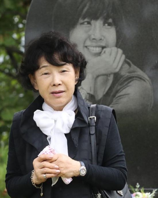 11 năm trôi qua kể từ khi Choi Jin Sil treo cổ tự vẫn, năm nào vào ngày này,người mẹ cũng đến mộ viếng con. Nước mắt đã cạn khô, người mẹ chỉ còn nỗi xót xa vô hạn khi nhắc về con gái, bà nói: Đã 11 năm rồi, tôi vẫn cứ cảm thấy như mới ngày hôm qua mà thôi.