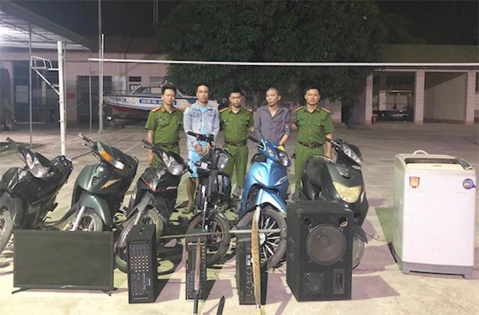 Chung (thứ hai và thứ tư từ trái qua) tại cơ quan điều tra. Ảnh: C.A