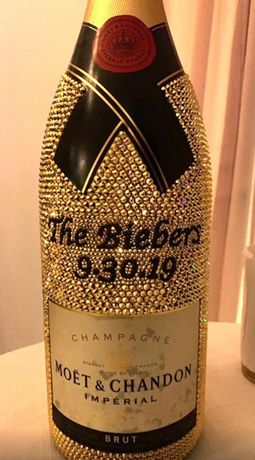 Trong đám cưới, uyên ương còn đặt riêng một chai rượu sâm banh vàngđính 9.682 viên pha lê Swarovski, nhãn của chai rượu có chữ The Biebers với ngày cưới.