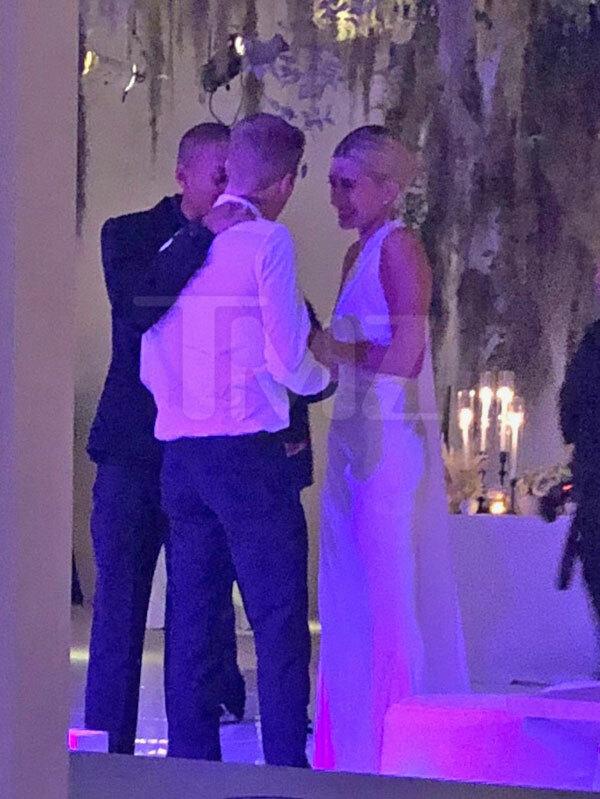 Jaden Smith trò chuyện với cô dâu - chú rể trong bữa tiệc. Nam diễn viên 21 tuổi là bạn thân của Justin Bieber trong khi Kylie Jenner là bạn thân của Hailey Baldwin.