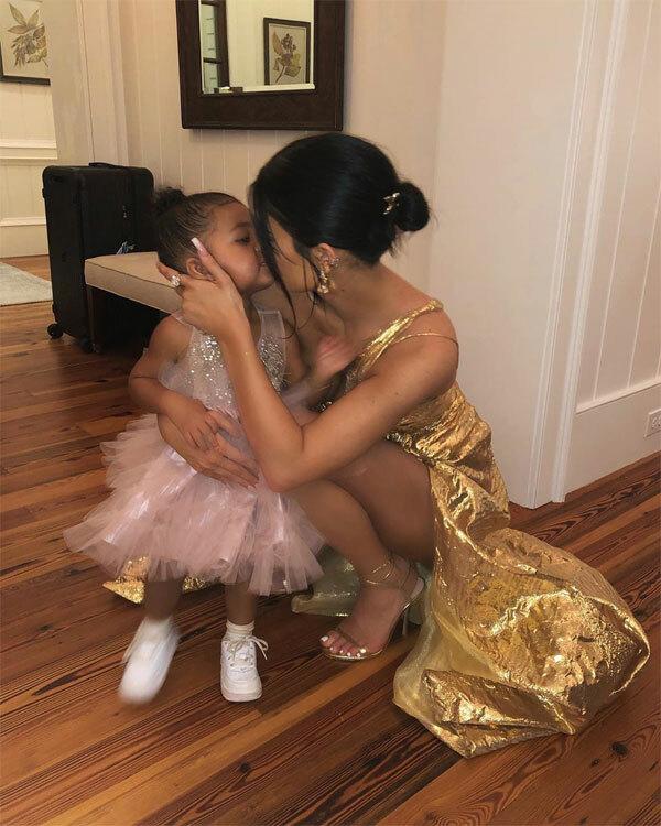 Kylie Jenner chia sẻ ảnh đi đám cưới Bieber cùng con gái.