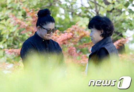 Mẹ Choi Jin Sil nói bà biết ơn những người bạn thân thiết của con gái đã luôn đến thăm hỏi, động viên gia đình bà, trong thời điểm họ khủng hoảng, khổ đau.