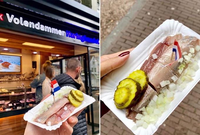 Đầu tiên làmón cá trích muối, bánh mì cá hồi tôm, cá tuyết chiên ở quán Herring Stall Jonk. Đây là đặc sản mà chỉ ở thành phố Amsterdam mới có. Phải nói là nghiện luôn, ăn cá trích lần đầu chưa quen đâu hơi tanh một chút nhưng ăn xong sẽ bị nghiện luôn. Giá một set này khoảng 13 euro (khoảng 330.000 đồng). Hai người ăn no, Kỳ Duyên bật mí.