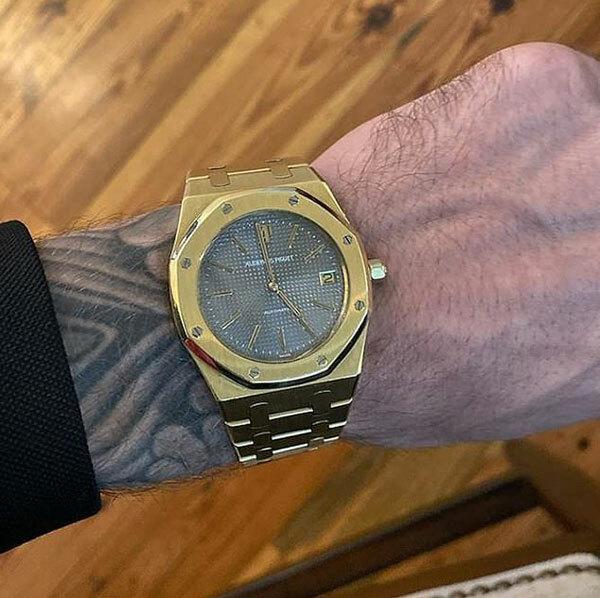 Chú rể Bieber tự thưởng cho mình chiếc đồng hồ hàng hiệu.