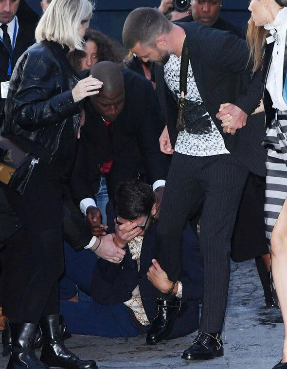Từ trong đám đông, Vitalii Sediuk lao ra ôm chân của Justin Timberlake khi nam ca sĩ đến xem show Louis Vuitton ngày 1/10.