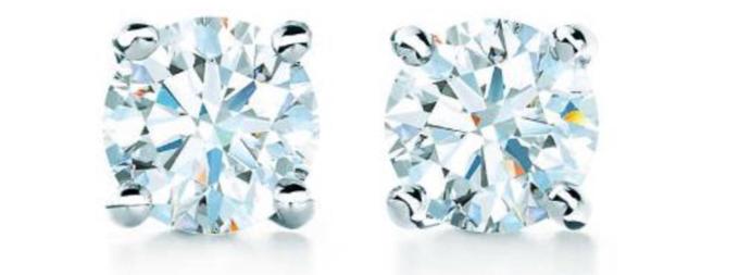 Hình ảnh rõ nét hơn về bông tai kim cương của Hailey.