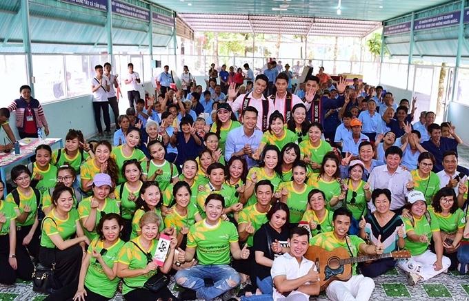 Nhóm từ thiện chụp ảnh lưu niệm cùng các cụ già tại Trung tâm Chánh Phú Hoà, TP HCM.