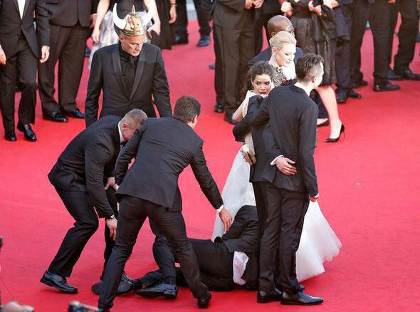 Anh ta chui vào váy của nữ diễn viên Cô gái xấu xí America Ferrara tại liên hoan phim Cannes.