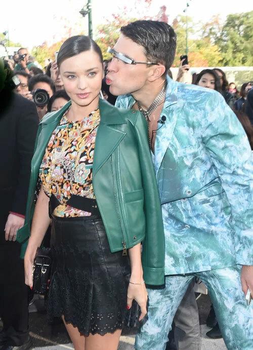 Vitalii Sediuk vốn không phải là kẻ xa lạ tại các thảm đỏ và tuần lễ thời trang. Anh chàng người Ukraine từng xông tới hôn má Miranda Kerr tại Tuần lễ thời trang Paris vào tháng 10/2015.