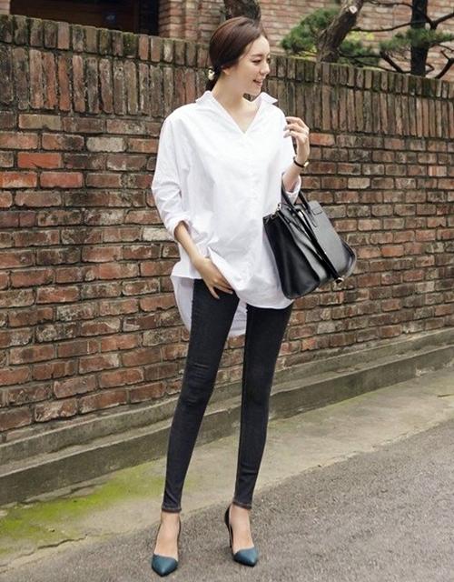 Áo sơ mi trắng dáng oversize là phụ kiện các nàng dáng gầy nên sở hữu trong tủ quần áo, vừa lịch sự, dễ phối đồ, lại không sợ lỗi mốt.