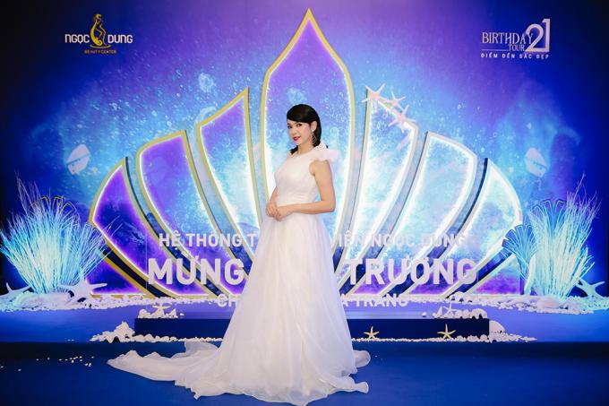 Với vai trò đại sứ thương hiệu, đạo diễn, diễn viên Việt Trinh có mặt tại thành phố biển Nha Trang từ rất sớm. Cô hào hứng khi góp mặt tại buổi khai trương chi nhánh mới của Hệ thống Thẩm mỹ viện Ngọc Dung.