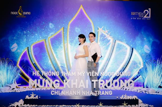 Người đẹp Tây Đô rạng rỡ bên Giám đốc thương hệ thống Thẩm mỹ viện Ngọc Dung.