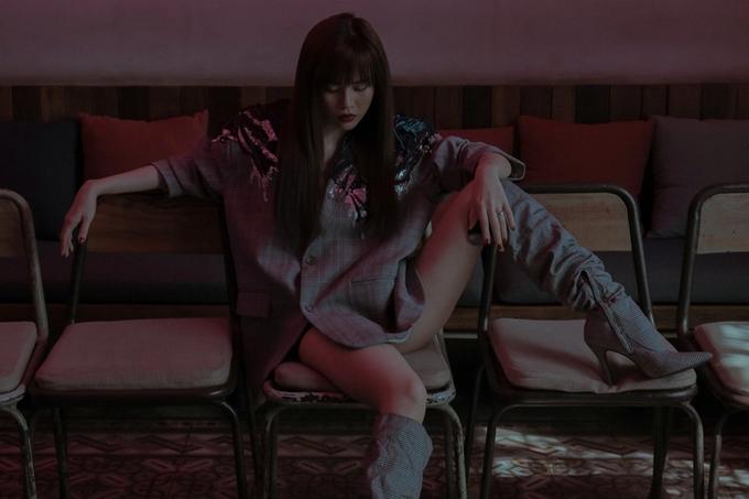 Nữ ca sĩ biểu cảm sắc lạnh và tạo dáng ngổ ngáo trong thiết kế giấu quần.