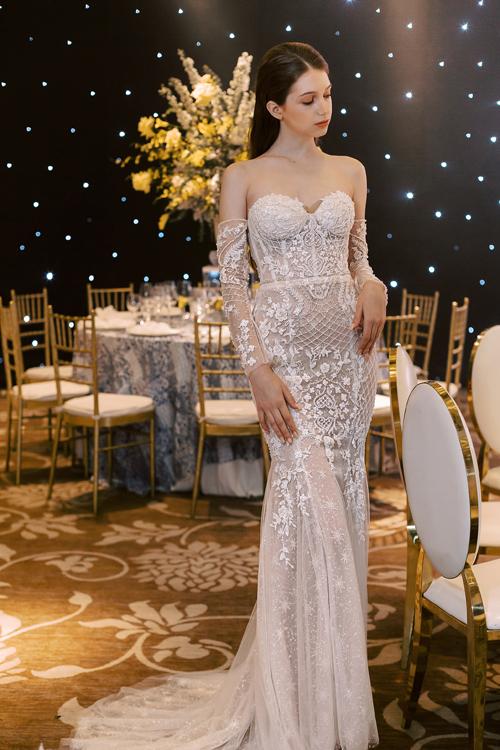 Nhóm thiết kế lựa chọn vải lưới, sequin, ren Pháp và các loại hạt đính kết cho các tác phẩm đầm cưới mới ra mắt.