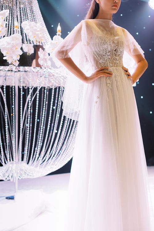 Sự đa dạng về kiểu dáng váy giúp nàng dâu có thể thỏa sức chọn lựa mẫu đầm hợp với tính cách, sở thích, khai thác tối đa nétyêu kiều của tân nương. Giá trị thẩm mỹ của váy nằm ở đường cắt may tinh xảo, họa tiết ren chạy dọc thân trên, tựa cành hoa đua nở. Phần tay voan rời giúp nàng có diện mạo khác biệt và tinh tế ở lễ cưới.