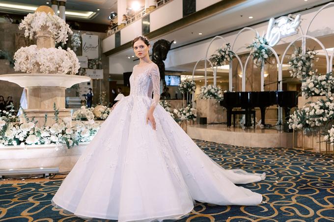 Váy cưới ren Pháp xòe phồng có cổ illusion giúp cô dâu chạm tới ước mơ hóa thân thành công chúa cổ tích.