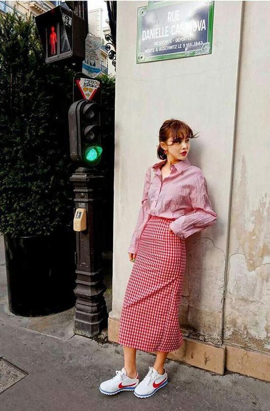 Ngoài váy áo đơn sắc, các nàng công sở có thể chọn thêm các mẫu chân váy, sơ mi, áo blouse kẻ sọc ra cô để làm mới phong cách thời trang của bản thân.
