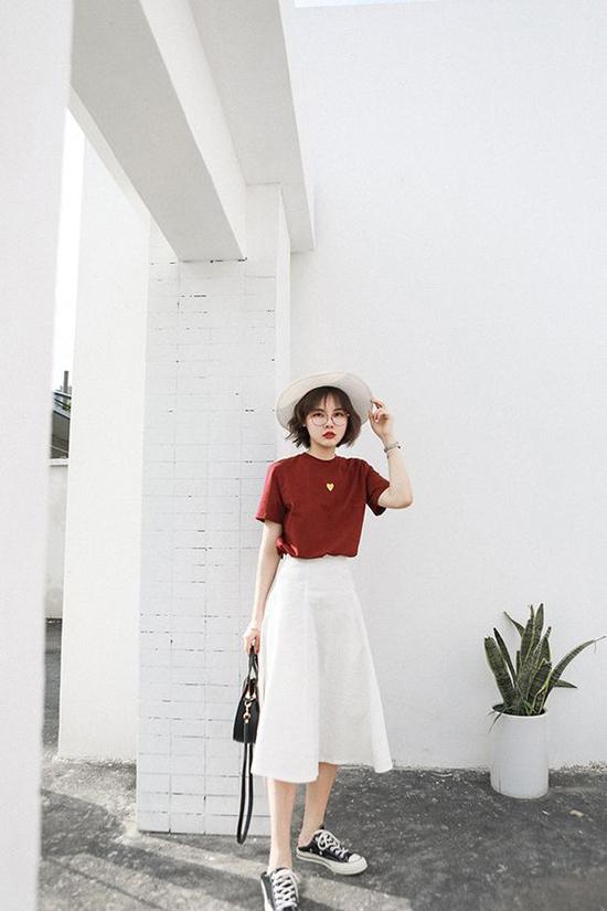 Song song với các mẫu đầm liền thân, màu nâu đỏ còn được dùng để mang tới các mẫu áo thun tiện dụng trong việc mix-match.