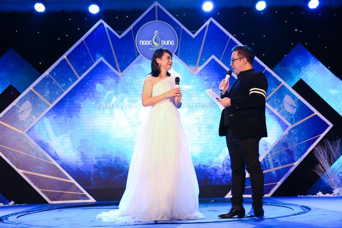 Nữ diễn viên thu hút khán giả trong dạ tiệc khai trương vào tối cùng ngày với chiếc đầm trắng lệch vai.