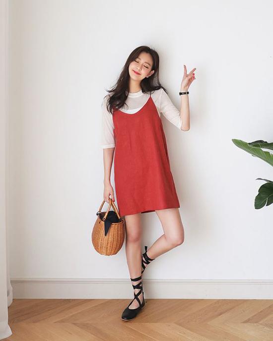 Trang phục màu nâu đỏ dễ dàng nâng tông làn da, nó sẽ giúp các bạn gái có được sự trẻ trung khi mix đồ dạo phố.