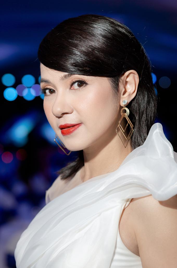 Nữ diễn viên được khán giả khen làn da mịn đẹp, căng mọng ở tuổi 48.