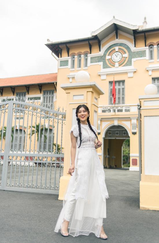 Hoàng Yến Chibi làm người mẫu để thể hiện các trang phụcnằm trong bộ sưu tập Mây trắng đến trường.