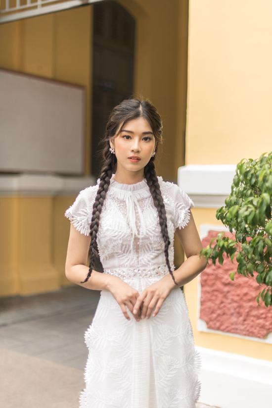 Các thiết kế sử dụng tông trắng chủ đạo, kiểu dáng trẻ trung dành cho các nữ sinh trong mùa thu.