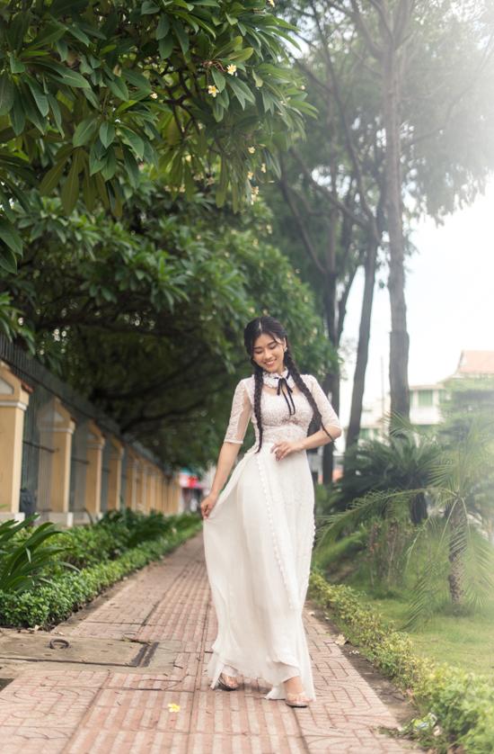 Những mẫu áo dài kiểu dáng hiện đại được xây dựng trên nhiều loại vải ren lưới, voan, lụa, tơ tằm tiệp sắc trắng.