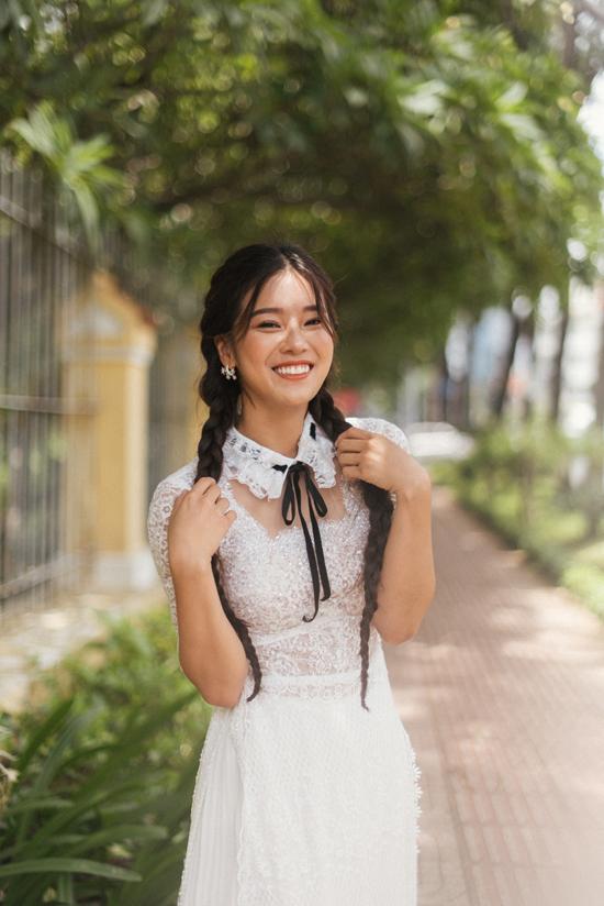 Ở bộ sưu tập này, Văn Thành Công thay thế kiểu cổ truyền thống bằng các kiểu cổ bèo, cổ cánh én, cổ thắt nơ để mang tới sự mới mẻ cho trang phục áo dài.