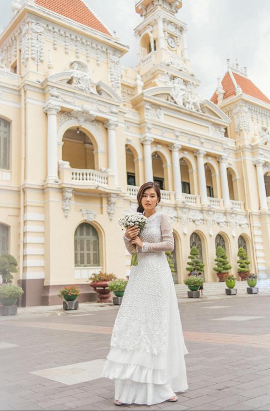Để tăng giá trị thẩm mỹ cho tà áo dài, nhà mốt Việt sử dụng kỹ thuật đính kết trên nền vải hoa ren.