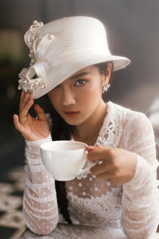 Phối hợp cùng các mẫu áo dài cách tân là các kiểu mũ công nương, mũ đính ngọc trai phảng phất phong cách cổ điển, quý phái.