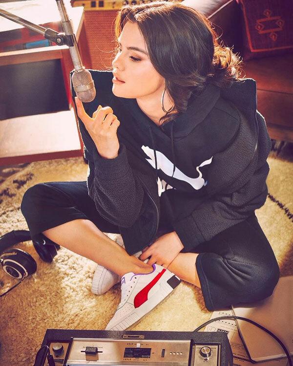 Bộ ảnh được thực hiện tại phòng thu âm của Selena, do nghệ sĩ makeup gốc Việt Hùng Vanngo trang điểm.