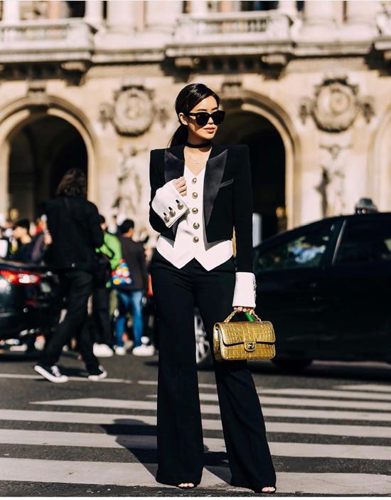 Bộ cánh với sắc thái trắng đen tương phản giúp Thảo Tiên thu hút ống kính của nhiếp ảnh gia đường phố.