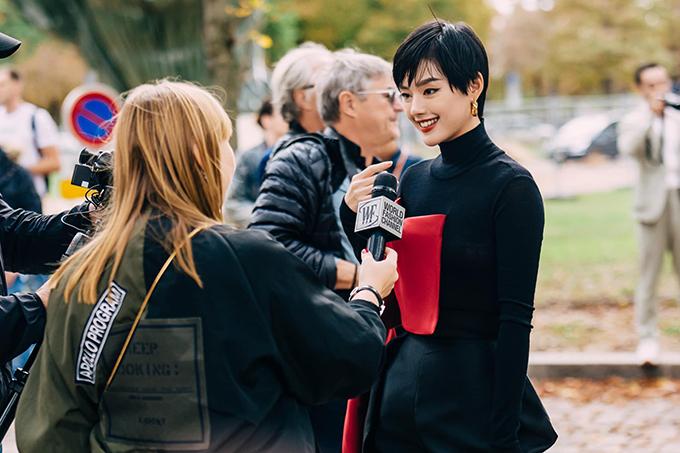 Set đồ này giúp Khánh Linh được nhiều kênh truyền thông phương Tây chú ý và lọt vào top những ngôi sao châu Á mặc đẹp nhất tại Paris Fashion Week cùng với Angela Baby, Tần Lam, Suzy... do tạp chí Eonline bình chọn.