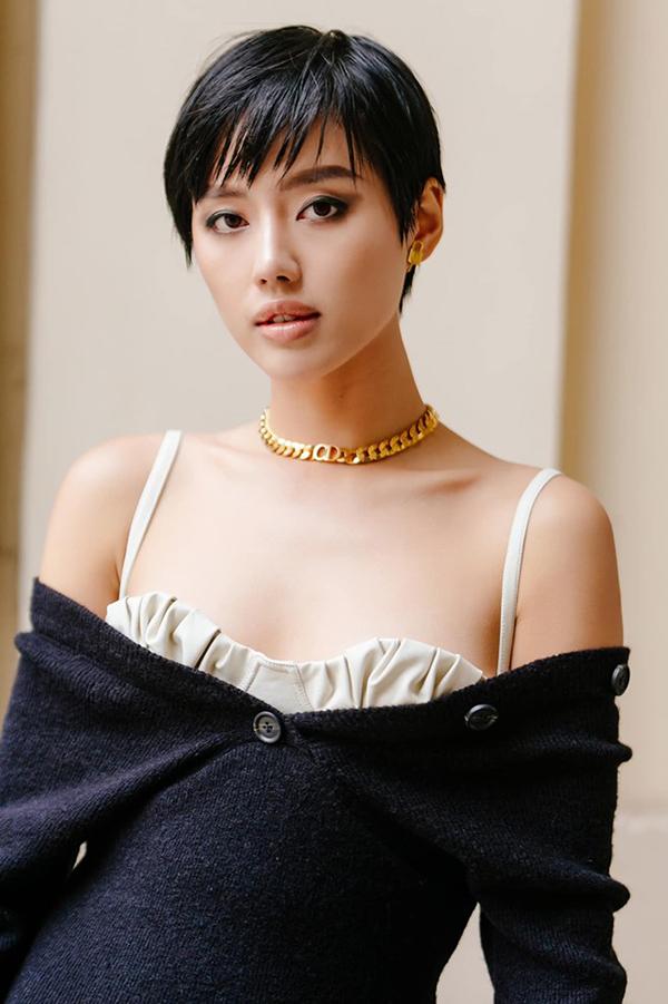 Phụ kiện từ nhà mốt Dior cùng mái tóc témgiúp Khánh Linh trở nên cá tính hơn khi diện đầm điệu đà.