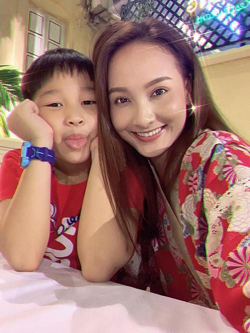 Con trai Bảo Thanh tinh nghịch khi chụp ảnh cùng mẹ.