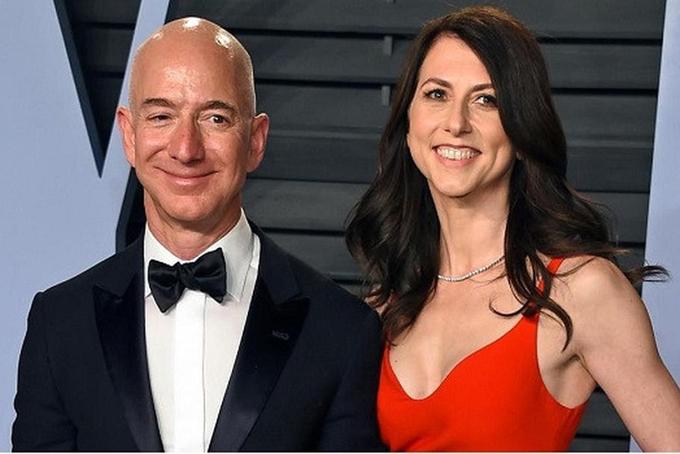 Jeff Bezos và bà MacKenzie thời còn mặn nồng. Ảnh: NYT.