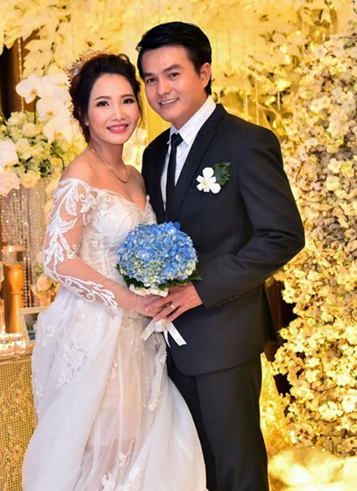 Diễn viên Cao Minh Đạt và vợ Thanh Trúc trong đám cưới ngày 16/10/2016 ở TP HCM. Vợ anh không làm trong ngành giải trí mà hoạt động trong lĩnh vực bảo hiểm, kinh doanh mỹ phẩm.