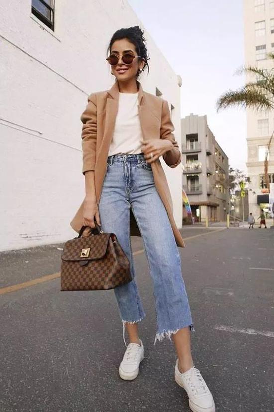 Áo khoác màu sáng giúp người mặc trông đầy đặn hơn.