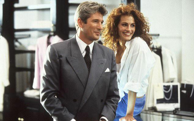 Julia và bạn diễn Richard Gere trong phim Pretty Woman trong cảnh quay chàng tỷ phú đưa cô gái làng chơi đi mua sắm để dự tiệc tối. Vai diễn trong phim đã giúp Julia Roberts nhận một đề cử Oscar Nữ diễn viên chính xuất sắc và đưa cô trở thành sao nữ được trả cát-xê cao nhất thời bấy giời.