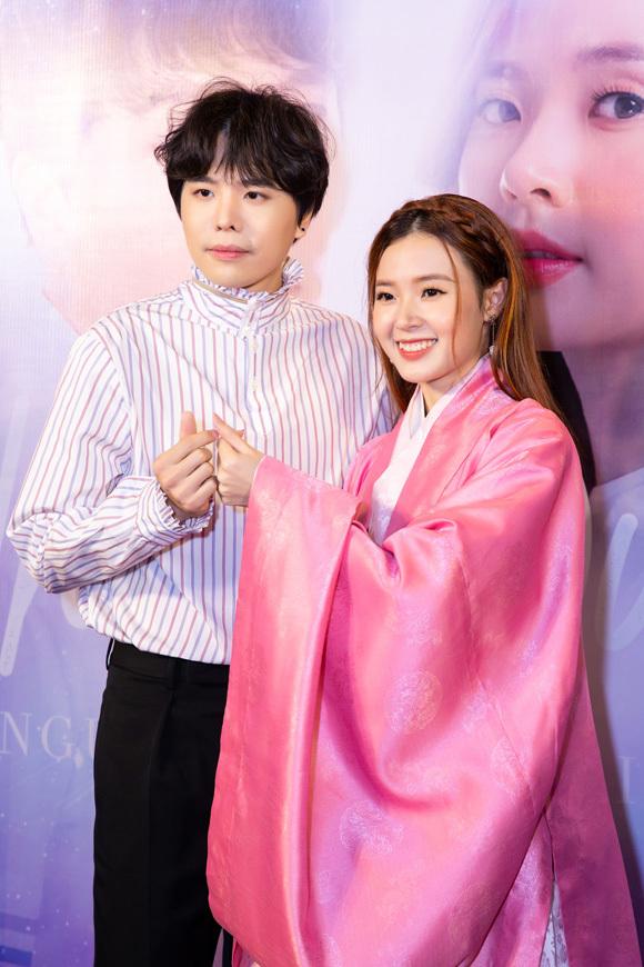 Midu mặc đồ cổ trang của nhân vật cùng Trịnh Thăng Bình dự ra mắt phim tối 2/10.