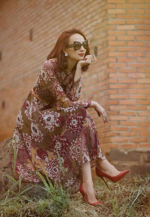Vẻ đẹp nhẹ nhàng, rạng rỡ của Ngọc Diễm góp phần thể hiện trọn vẹn ý tưởng của nhà thiết kế và thổi nét hấp dẫn lên từng mẫu trang phục.